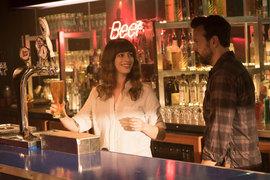 Герои Энн Хэтэуэй и Джейсона Судейкиса, когда выпьют, могут совершить нечто буквально чудовищное