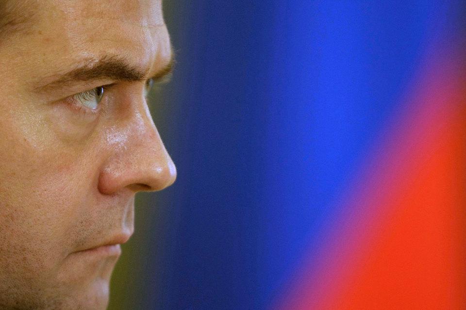 Агентство оценивает шансы на то, что Кремль перед выборами пожертвует теряющим популярность и обвиненным в коррупции Медведевым