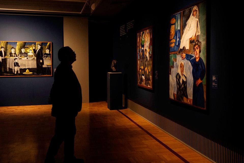 Слева - «Семейная компания» Нико Пиросмани, справа - «Шабат» и «Еврейская лавочка» Гончаровой