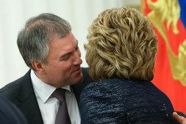 Госдума при Вячеславе Володине (слева), возможно, ведет слишком самостоятельную политику, что заставляет администрацию президента развернуться к Валентине Матвиенко