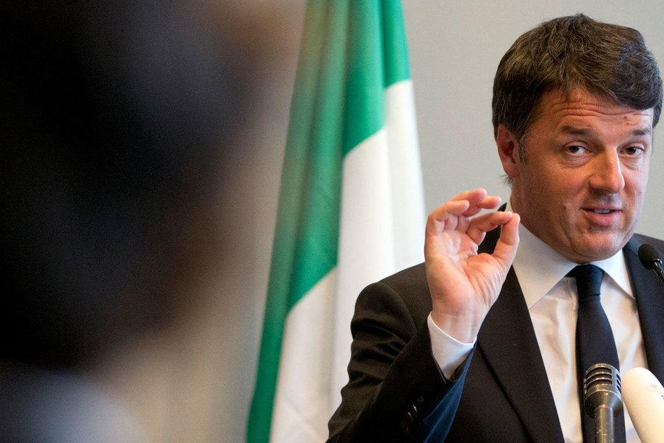Бывший премьер-министр Италии Маттео Ренци в воскресенье выиграл внутрипартийные выборы и снова возглавил правящую демократическую партию