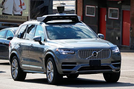 Uber в августе 2016 г. объявил о партнерстве с Volvo (компании инвестируют $300 млн) и начал тестировать ее модели с функцией самоуправления в Питтсбурге (на фото). В конце прошлого года Uber без согласования с властями Калифорнии начал испытывать в штате беспилотные такси, но когда они отозвали у него регистрацию на самоуправляемые автомобили, перенес тесты в Аризону