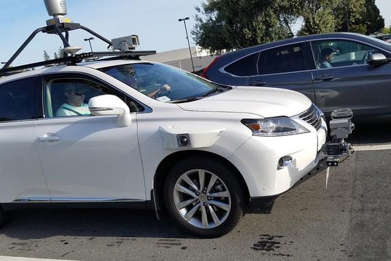 Основной конкурент Samsung на рынке смартфонов, американская Apple, свои работы над беспилотником ведет втайне. Но в апреле в интернете появились снимки первого автономного автомобиля Apple - внедорожника Lexus
