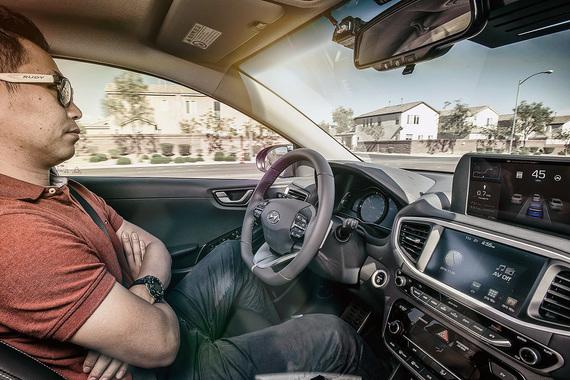 Samsung стал первым производителем электроники, в мае получившим разрешение властей Южной Кореи на тестирование беспилотных автомобилей, но 19-й компанией в общей сложности. Первой была Hyundai Motor, именно для ее автомобилей Samsung готовит свои сенсоры и технологии, а также планирует разработать алгоритм беспилотного вождения, «которому можно будет доверять и в плохую погоду»