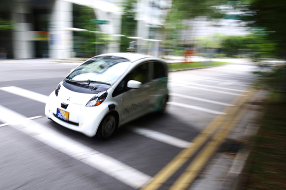 Впервые в мире самоуправляемые такси вышли на линию в Сингапуре - в августе 2016 г. Автомобили американского стартапа nuTonomy ездят по деловому району в определенной для них 6-километровой зоне
