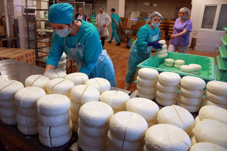 Если использовать только ручной труд, то придется прекратить выпускать сыр в промышленных масштабах