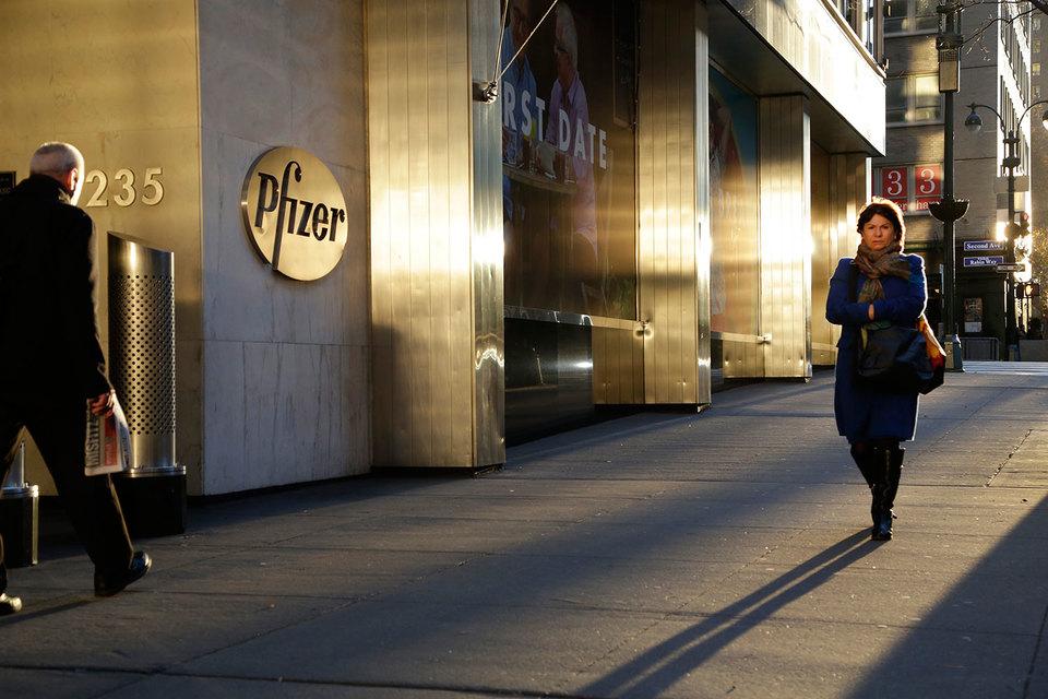 С учетом колебания курсов валют выручка Pfizer снизилась только на 1% год к году