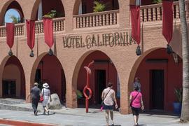 У The Eagles нет интеллектуальных прав в категории названий отелей, поэтому она пытается засудить Hotel California в Тодос-Сантосе (на фото) по другим основаниям