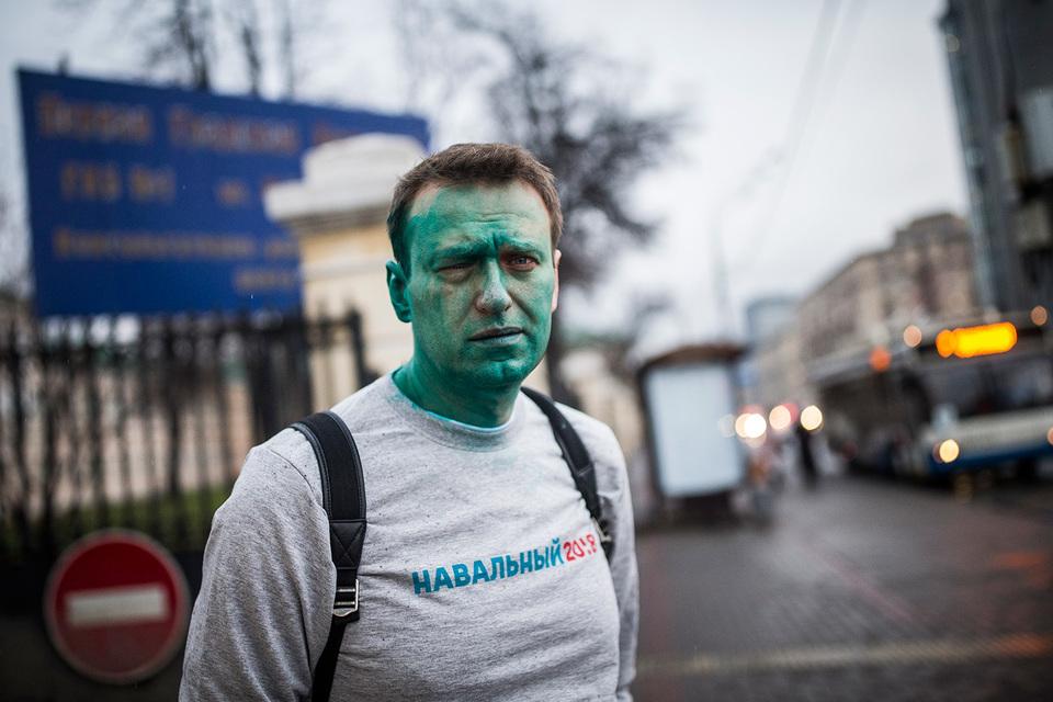 По факту обливания Навального с зеленкой возбуждено уголовное дело