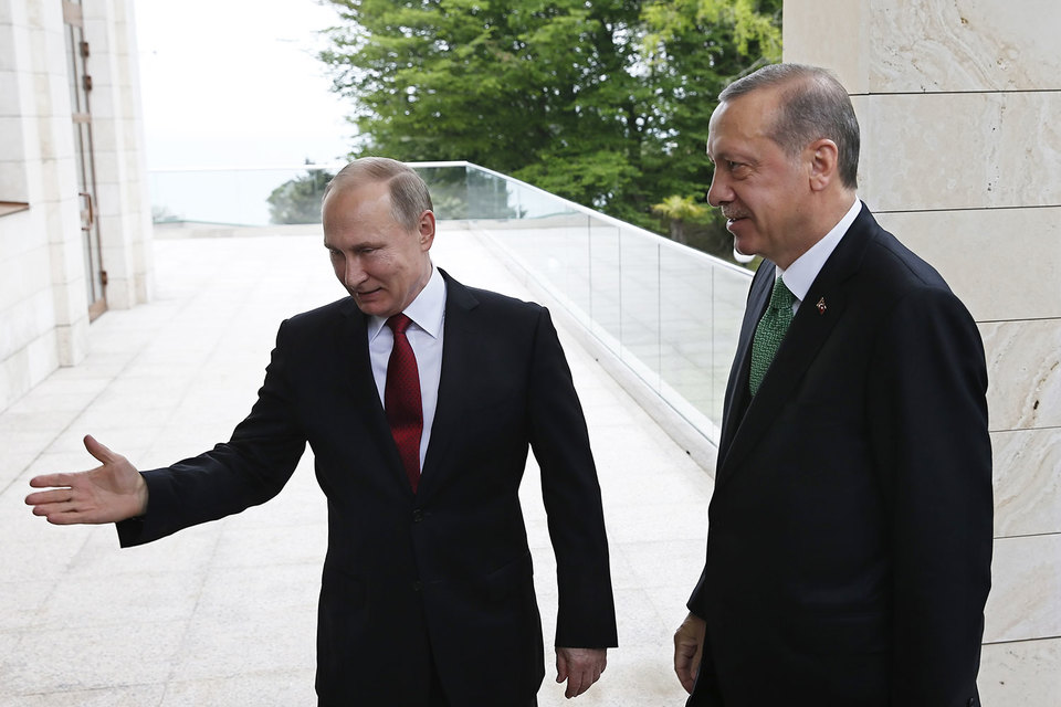 Владимир Путин указал Реджепу Эрдогану (справа) свой путь к урегулированию в Сирии