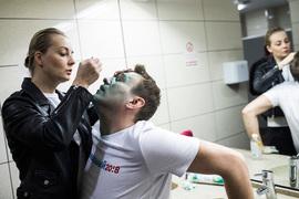 27 апреля неизвестный плеснул зеленкой в лицо Навальному