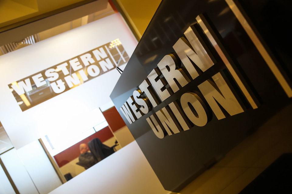 Western Union пока может делать переводы на Украину без открытия банковского счета, сообщили в колл-центре системы