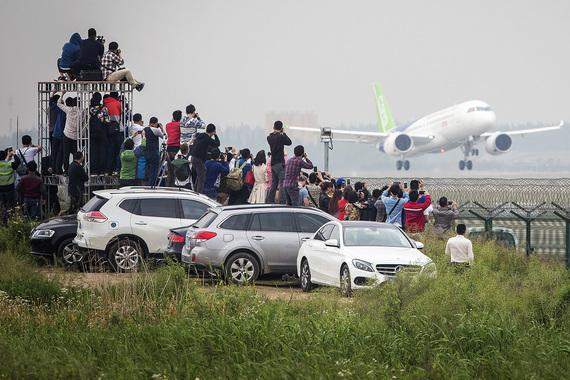 В международном аэропорте Шанхая «Пудун» начались первые летные  испытания китайского пассажирского реактивного узкофюзеляжного лайнера  С919