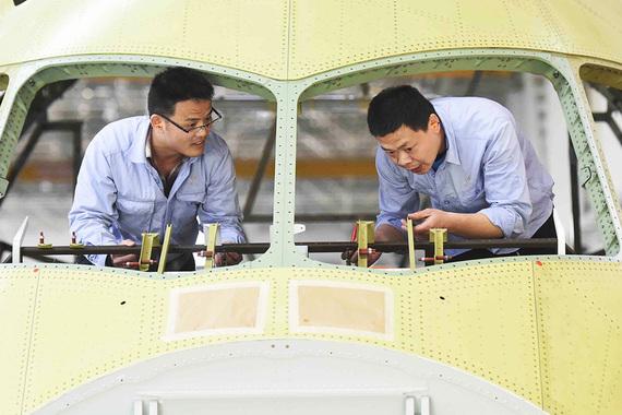 Первый образец С919 был собран в Шанхае в ноябре 2015 г., разработка  лайнера велась с 2008 г., напоминает ТАСС. В работе над самолетом на  разных этапах участвовали более  200 различных предприятий и 36  научно-исследовательских центров из 22 провинций КНР