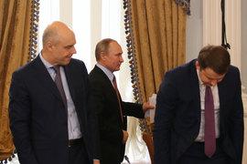 «Роснефтегаз» обсуждает свою программу не с министрами (слева – Антон Силуанов, справа – Максим Орешкин), а за кулисами с президентом (Владимир Путин в центре)