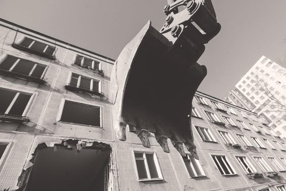 Очевидным политическим вопросом является общественный контроль за действиями органов власти, который мог бы, например, гарантировать, что под снос попадут именно такие здания, которые пора сносить