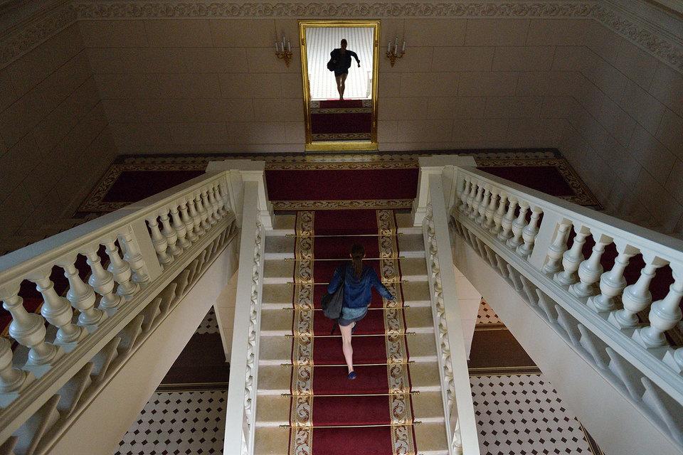 Спеша на репетицию, артистка взбегает по зрительской лестнице. В жизни так не бывает – зато это красиво