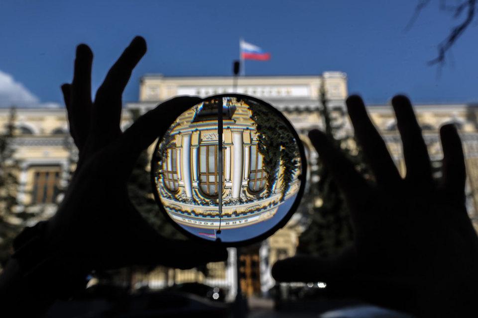 ЦБ разрешил страховщикам держать облигации без надлежащего рейтинга еще год, хотя ранее грозил, что им придется продавать бумаги на 237 млрд руб.