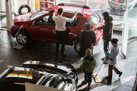 Продажи легковых машин растут второй месяц подряд в годовом выражении