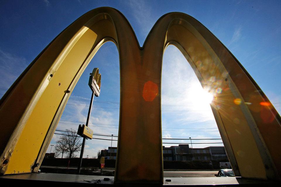 По плану McDonald's хочет повлиять на восприятие бренда посетителями с помощью изменений интерьера и экстерьера ресторанов, использования специальных технологий для усиления впечатления и акцента на гостеприимстве