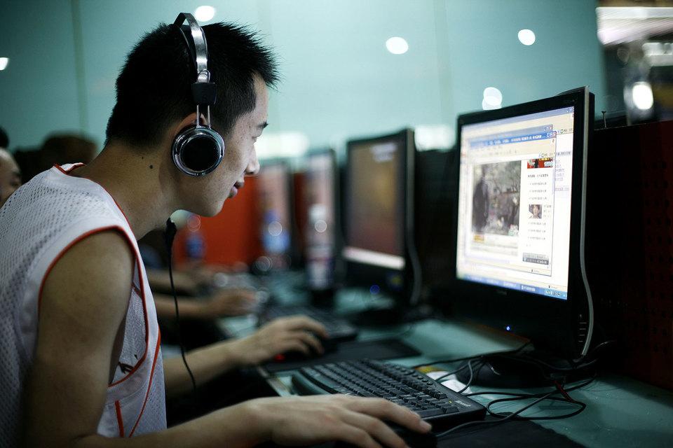 Многие комментаторы в китайских социальных сетях пишут, что страна могла бы поделиться с американской компанией своим богатым опытом цензуры