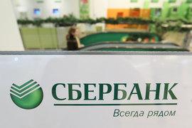 Представитель Сбербанка уточнил, что с 1 апреля владельцы кредитных карт могут заказать через колл-центр банка перевыпуск карты и получить ее в любом удобном отделении