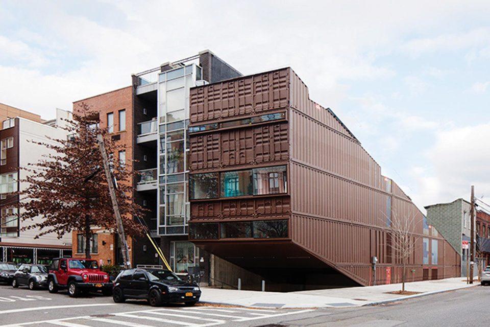 Трехэтажный жилой дом в Бруклине, сделанный из 21 контейнера, стал одной из самых известных местных достопримечательностей