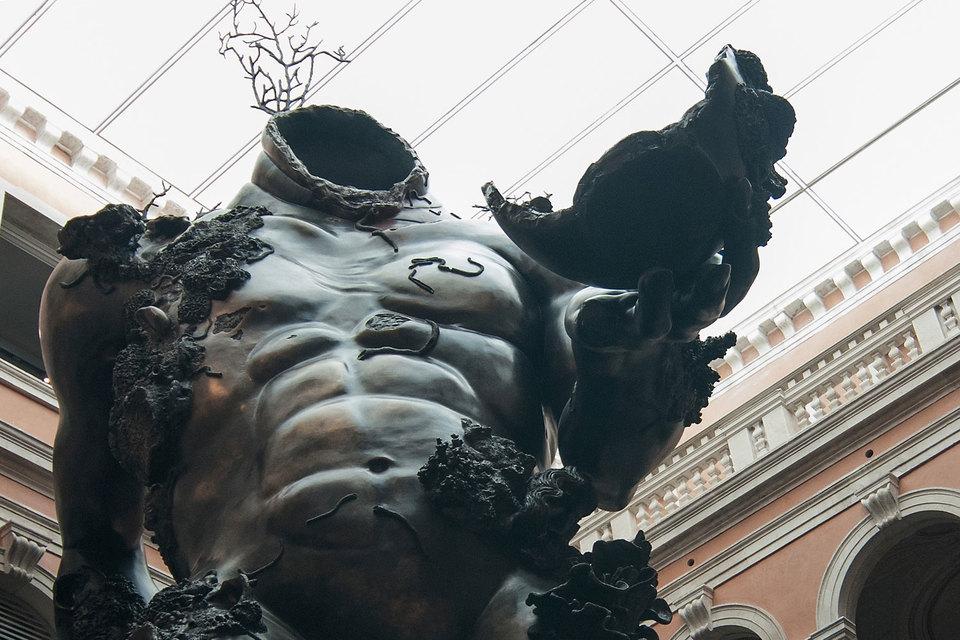 Этот гигант выглядит бронзовым, а на самом деле сделан из пластика