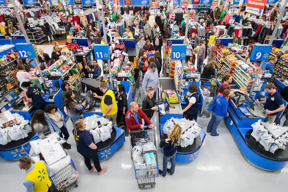 Wal-Mart работает над решением базовых проблем, например сокращением очередей к кассам