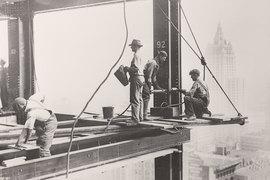 В Нью-Йорке 1920–1930-х возведение небоскребов резко подтолкнуло строительные технологии