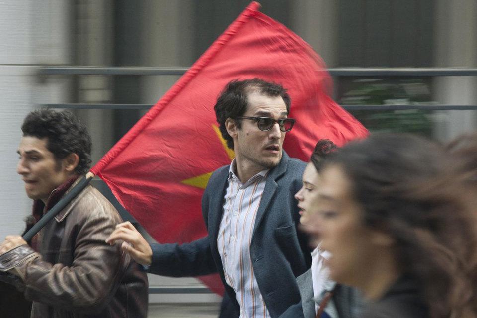 Луи Гаррель сыграл молодого Годара на фоне красного флага – как героя-бунтаря и романтика