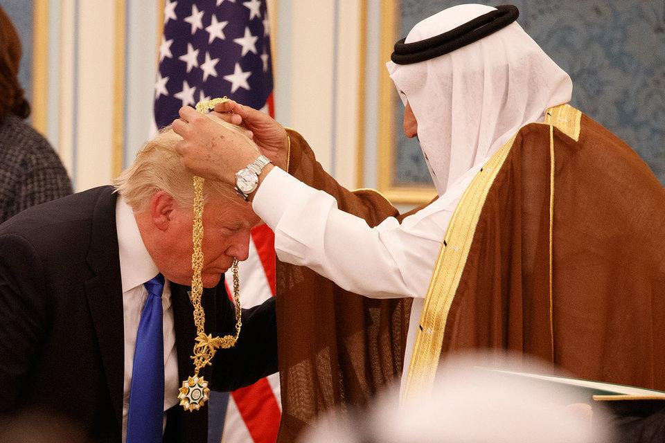 В ходе встречи саудовский король Салман наградил Трампа цепью Ордена короля Абдель-Азиза — государственной награды за гражданские заслуги