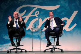 Билл Форд (справа) представил нового генерального директора Ford Джима Хэкетта