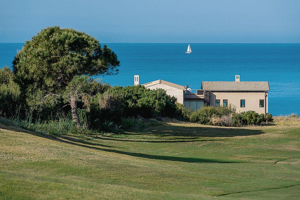 Курорт Costa Navarino в Греции в 2014 г. получил признание Международного совета по туризму как самый «зеленый» в мире