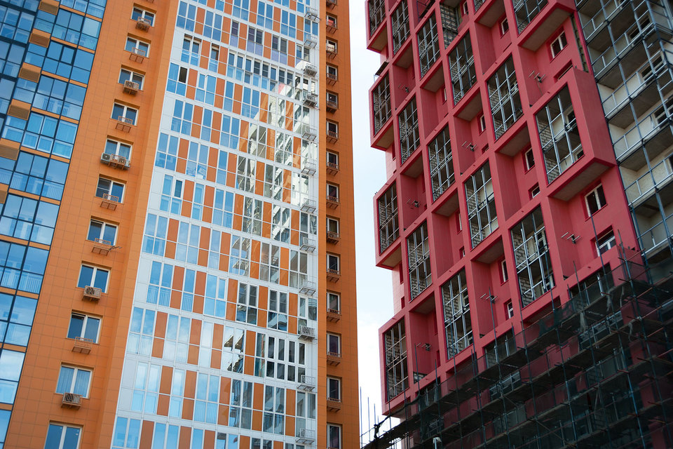 Застройщики понимают, что невзрачные фасады на конкурентном рынке вряд ли могут привлечь покупателя, и охотнее идут на эксперименты с формой здания