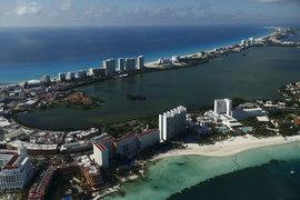 Многие прибрежные зоны Канкуна находятся в списках ЮНЕСКО как объекты всемирного наследия благодаря редкой флоре и фауне. Но визитной карточкой курорта является песчаная коса с дорогими отелями