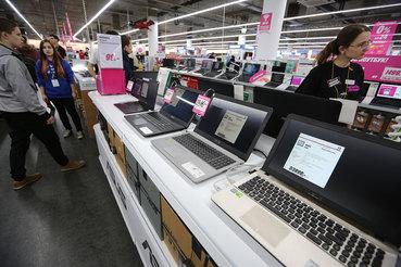 На первом месте по поставкам компьютеров в России – Lenovo, занявшая 22,8% этого рынка в штуках. Далее следует HP (22,3%), Acer (10,9%), Asus (7,2%) и Dell (6,6%)