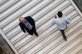 «По оценкам Банка России, на конец 2016 г. совокупный объем взаимных вложений составляет порядка 40 – 45% совокупного портфеля пенсионных накоплений анализируемых групп», – отмечается в обзоре