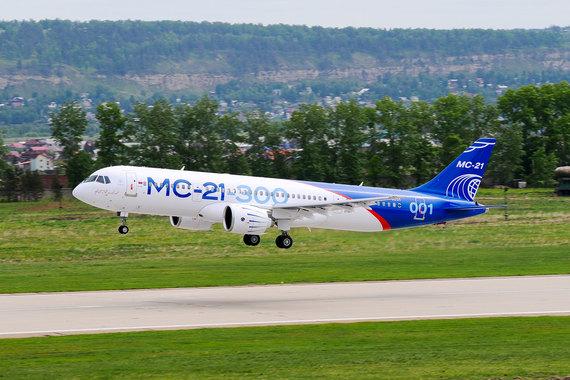Во время полета была выполнена имитация захода на посадку с последующим проходом над полосой, набором высоты и разворотом