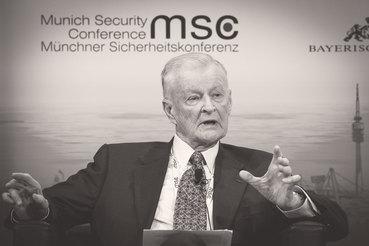Бжезинский был советником по национальной безопасности при президенте Джимми Картере и одним из авторов политики агрессивного сдерживания СССР