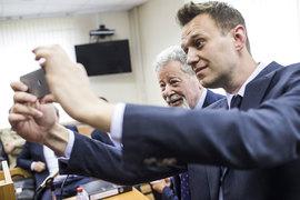 Адвокат Генрих Падва (слева) и Алексей Навальный по-разному смотрят на этот процесс