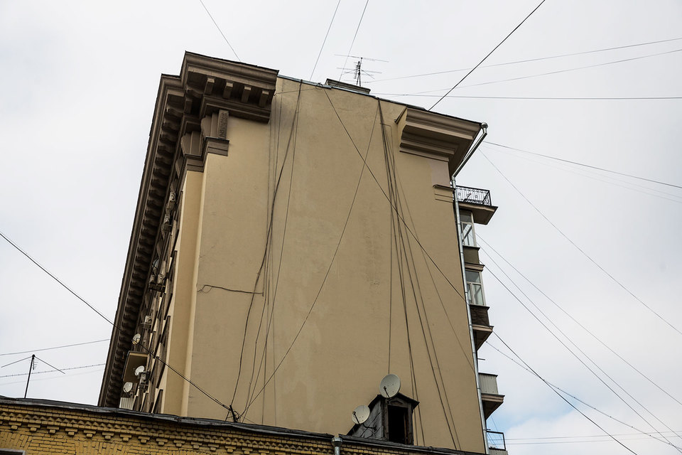 Московские власти давно пытаются избавиться от избытка проводов между жилыми домами
