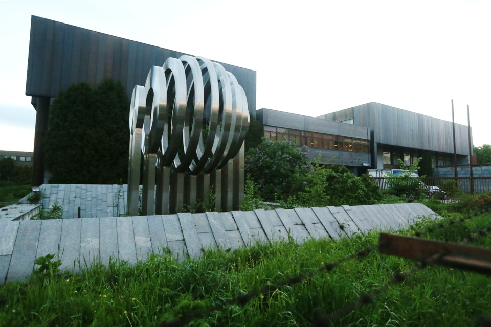 На ул. Красного Маяка, 26, расположены здания чешского торгово-технического центра «Чертаново»