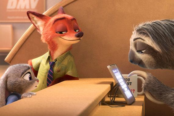 «Зверополис» – рекордсмен 2016 г. – собрал 2,3 млрд руб. Картина студии Walt Disney шла на 1209 экранах, ее посмотрели 9,4 млн зрителей. Эксперты объясняют такой успех в том числе тем, что их аудиторию составляют и взрослые зрители без детей - шутки анимационных комедий понятны скорее взрослым
