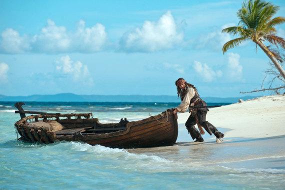 Четвертый фильм диснеевской киносаги «Пираты Карибского моря: На странных берегах», вышедший в 2011 г., собрал 1,8 млрд руб. Новинка этого года «Пираты Карибского моря: Мертвецы не рассказывают сказки» установила абсолютный рекорд в России по сборам в первый уикенд проката. По  предварительным данным, они составили 1,03–1,04 млрд руб.