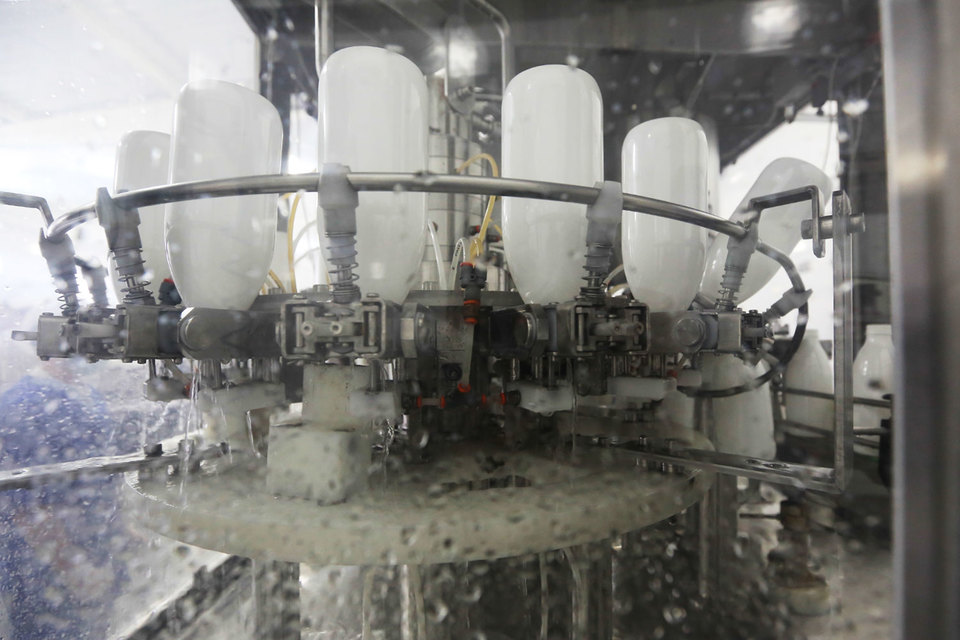 Пока о крупных производителях молочной продукции, которые бы были полностью ориентированы на поставки одному покупателю, не было известно