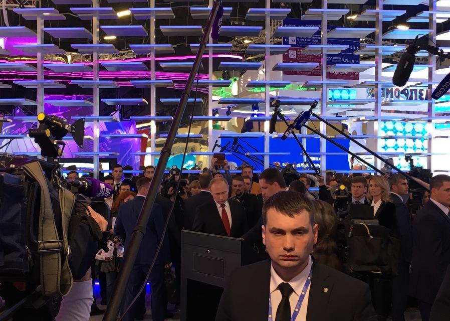 Путин наконец-то пришел на стенд «Известий»