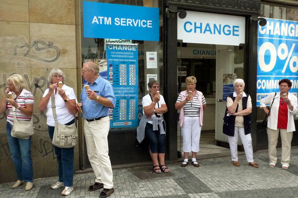 Туристам с замороженными карточками приходится менять наличные по невыгодному курсу