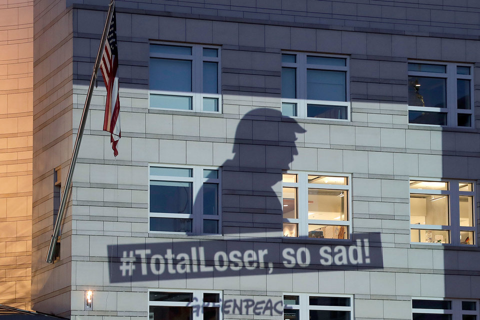 Баннер Гринпис на  посольстве США в Берлине