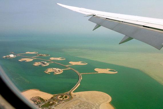 Катар – государство на Ближнем Востоке, расположенное в северо-восточной части Аравийского полуострова. Площадь – 12 000 кв. км. Население – 2,2 млн человек (данные Всемирного банка на 2015 г.). В столице Дохе проживает около 400 000 человек. Для сравнения: площадь южного соседа и крупнейшего государства на Аравийском полуострове, Саудовской Аравии, – 2,15 млн кв. км, население – 31 млн человек. На фото: искусственный остров «Жемчужина Катара» в Дохе – землю на этом острове разрешили покупать иностранцам лишь в последние годы